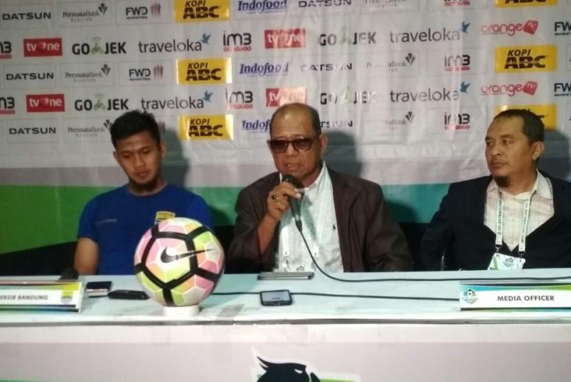 Pelatih Persib Emral Abus (tengah).