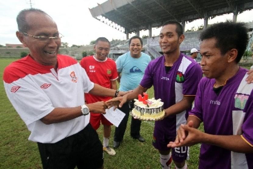 Pelatih Persita Tangerang Bambang Nurdiansyah menerima ucapan dari pemain di Lapangan Benteng, Tangerang, Senin (29/12).