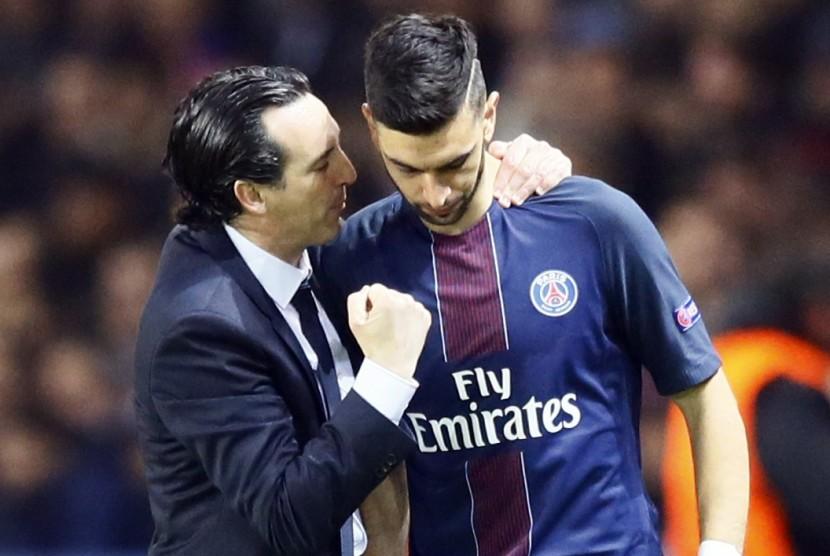 Pelatih PSG, Unai Emery (kiri) memberikan instruksi kepada Javier Pastore. (ilustrasi)