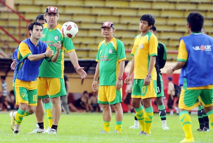 Pelatih PSM Makassar Robert Rene Alberts (kedua dari kiri).