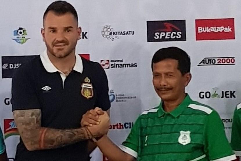 Pelatih PSMS Medan Djadjang Nurdjaman (kanan) bersama pelatih Bhayangkara FC Simon McMenemy.