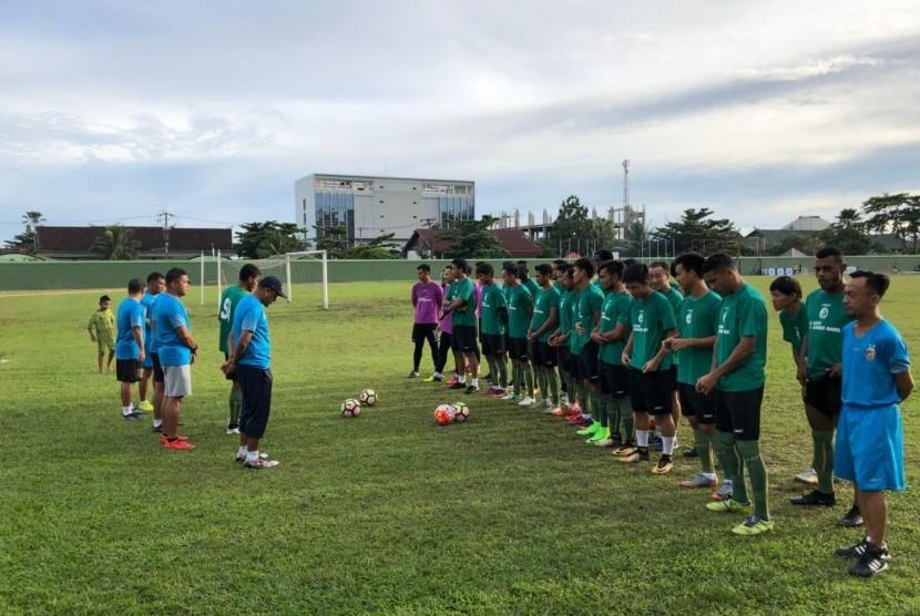 Pelatih Rahmad Darmawan memimpin latihan para pemain Sriwijaya FC di lapangan Sudirman, Balikpapan, Ahad (25/2). Latihan sebelum melakoni laga kedua pada Piala Gubernur Kaltim menghadapi Madura United FC, Senin (26/2).