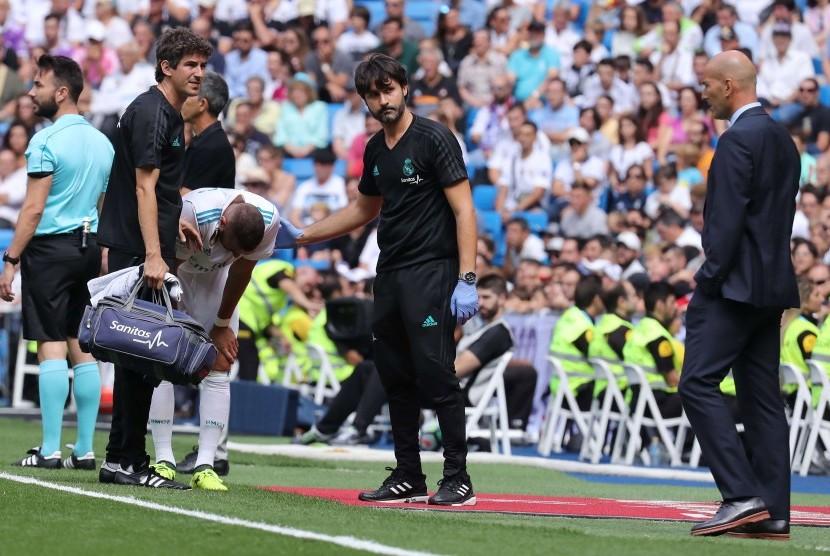 Pelatih Real Madrid, Zinedine Zidane melihat strikernya, Karim Benzema mengalami cedera pada laga La Liga melawan Levante, di Santiago Bernabeu, Sabtu (9/9). Benzema mengalami cedera serius pada laga itu.