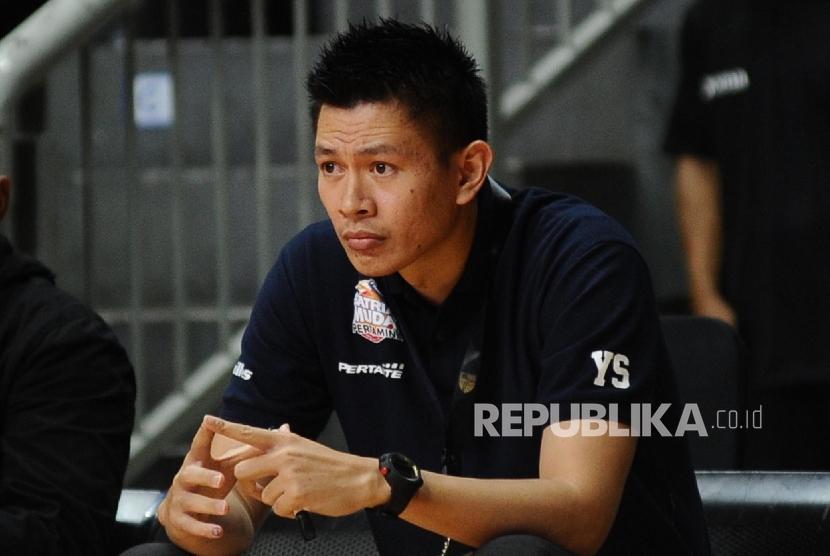 Pelatih Satria Muda Pertamina Jakarta Youbel Sondakh menyaksikan pertandingan saat melawan Bank BJB Garuda di stadion Britama Arena, Jakarta, Ahad (19/2).