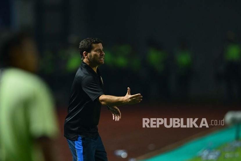 Pelatih Sriwijaya Oswaldo Lessa Filho memberikan instruksi saat timnya melawan Persib Bandung di Stadian GBLA, Bandung, Sabtu (29/4)