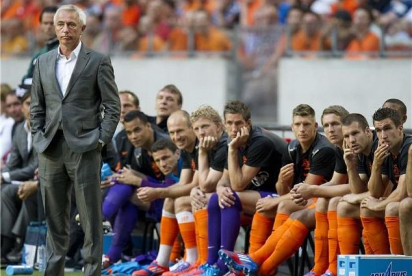 Pelatih timnas Belanda, Bert van Marwijk, mengamati pemainnya menghadapi Bulgaria dalam laga uji coba di Amsterdam pada 26 Mei lalu.