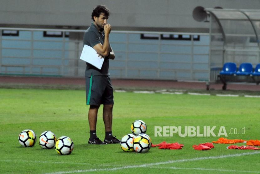 Pelatih timnas Indonesia U-23 Luis Milla mengawasi para pemain saat mengikuti latihan di Stadion Pakansari, Cibinong, Kabupaten Bogor, Jawa Barat, Kamis (26/4).
