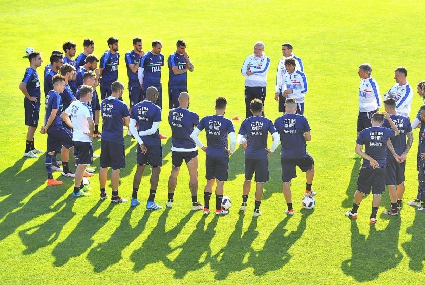 Pelatih Timnas Italia, Antonio Conte (tengah), memimpin sesi pemusatan latihan timnas di Sport Center Coverciano, Florentina, Italia, pada 27 Mei 2016.