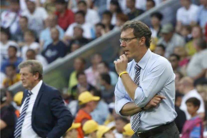 Pelatih timnas Prancis, Laurent Blanc (kanan), dan pelatih timnas Inggris, Roy Hodgson, mengamati permainan timnya saat kedua tim bertarung di laga Grup D Piala Eropa 2012 di Donbass Arena, Donetsk, Ukraina, pada Senin (11/6).