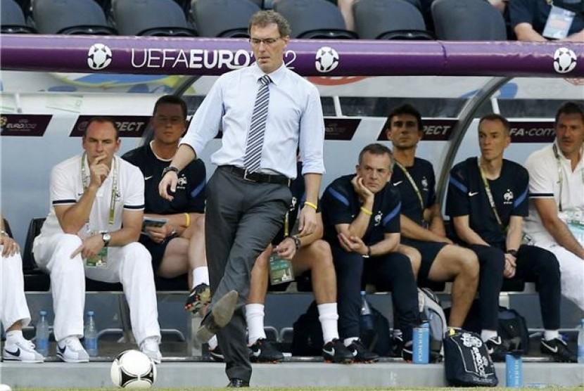 Pelatih timnas Prancis, Laurent Blanc, menendang bola saat timnya menghadapi Inggris di laga Grup D Piala Eropa 2012 di Donbass Arena, Donetsk, Ukraina, pada Senin (11/6).