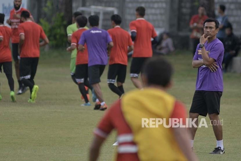 Pelatih Widodo Cahyono Putro (kanan) memimpin latihan tim Bali United di Lapangan Trisakti, Legian, Bali.