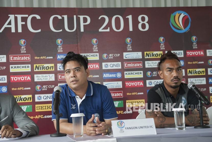 Pelatih Yangon United Myanmar Myo Min Tun (kiri) bersama pesepak bola Yangon United Yan Aung Kyaw (kanan) menyampaikan pernyataan dalam konferensi pers menjelang laga Piala AFC 2018 di Sanur, Bali, Senin (12/2)