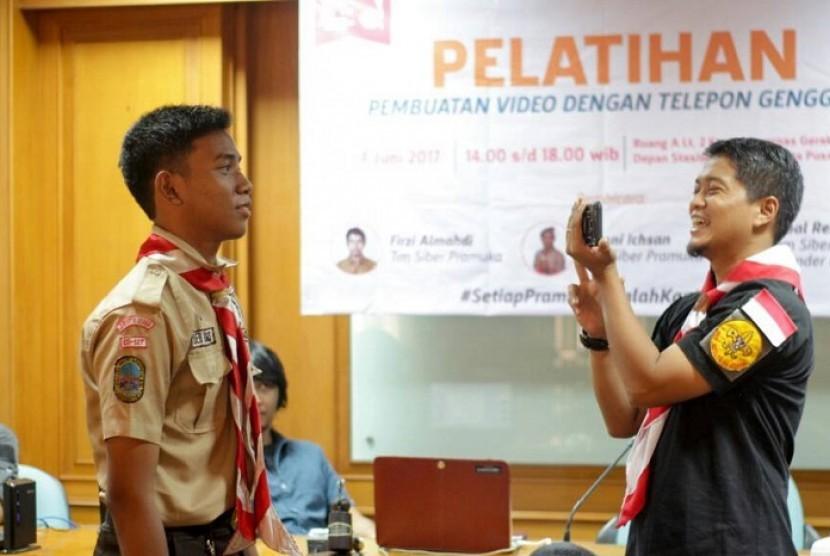 Pelatihan pembuatan video dengan menggunakan telepon genggam oleh Kwarnas Gerakan Pramuka