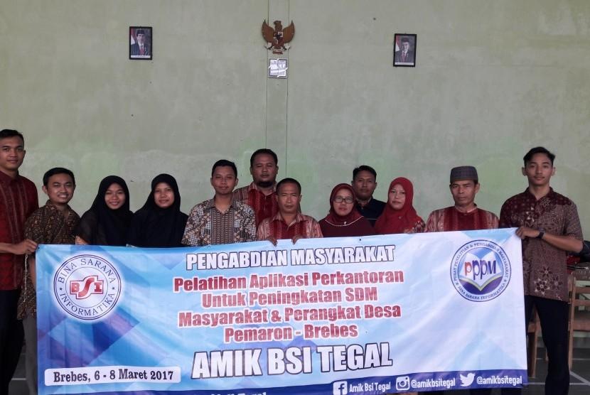 Pelatihan pengenalan aplikasi perkantoran bagi aparatur Desa Pemaron, Brebes oleh dosen AMIK BSI Tegal.