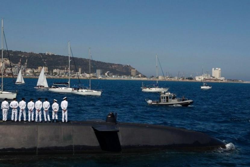 Pelaut berada di atas Tekuma (yang diproduksi di Jerman) di lepas pantai Haifa pada 1 Juni