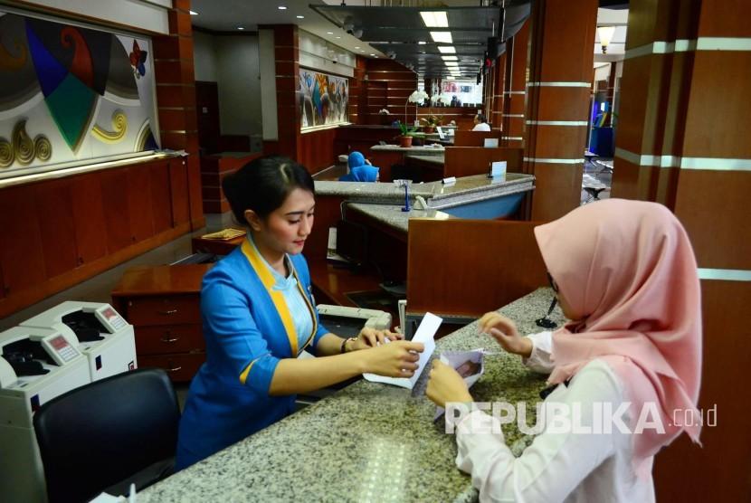 Pelayanan nasabah di Kantor pusat Bank BJB, Jalan Naripan, Kota Bandung.