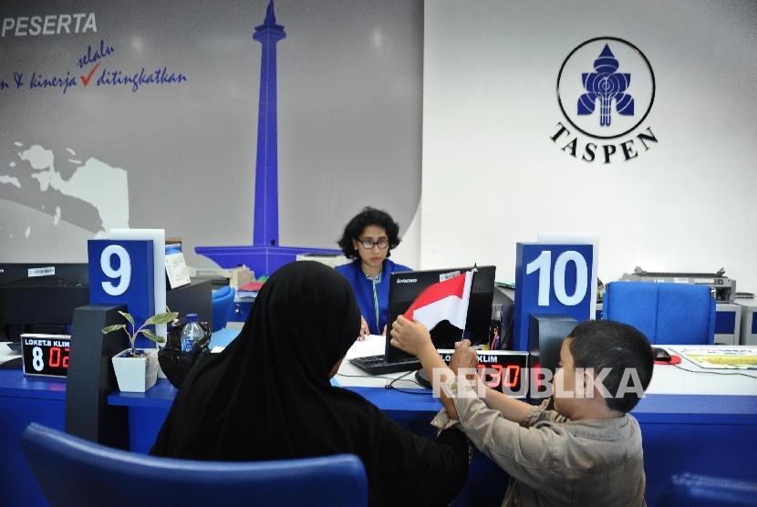 Petugas memberikan penjelasan mengenai pelayanan di kantor Taspen. ilustrasi