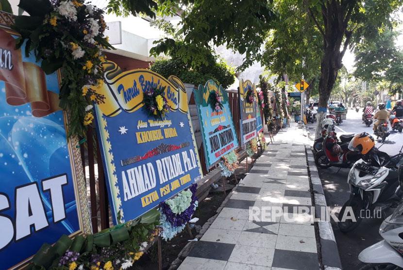 Pelayat masih mendatangi rumah almarhum Choirul Huda di Jalan Basuki Rahmad Nomor 66, Kelurahan Sukomulyo, Kecamatan Lamongan, Lamongan, Senin (16/10).
