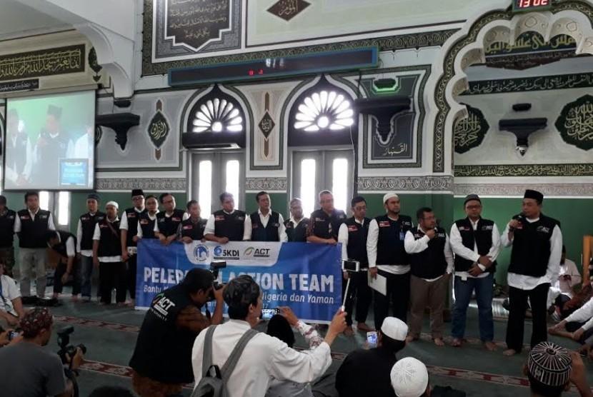 Pelepasan relawan ACT untuk memberikan bantuan kemanusiaan di Masjid Al-Azhar, Jumat (17/3).