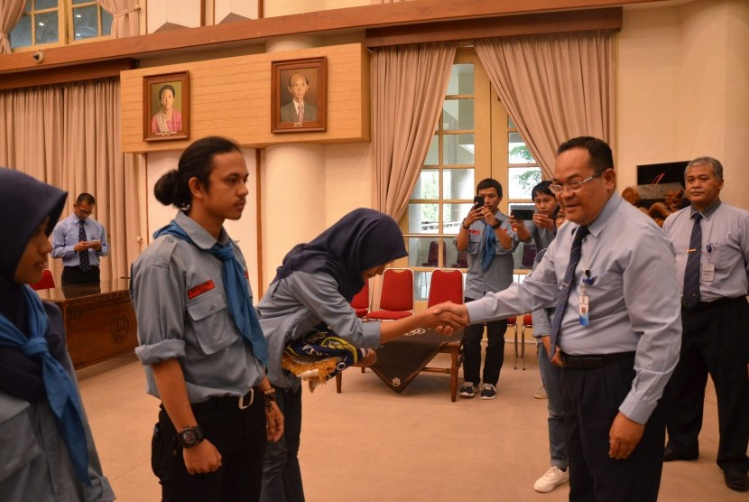 Pelepasan tim Dharma UNY Nusantara oleh Rektor UNY Prof Sutrisna Wibawa.