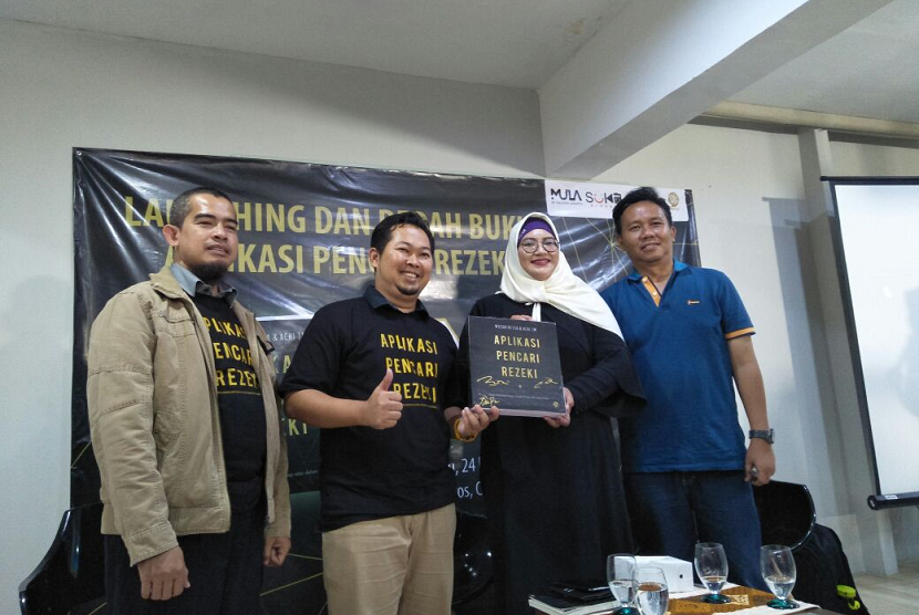 Peluncuran dan bedah buku Aplikasi Pencari Rezeki, karya Wusda Hetsa dan Achi TM, di Mula Galeria, Cilandak, Jakarta Selatan. Sabtu (24/2).