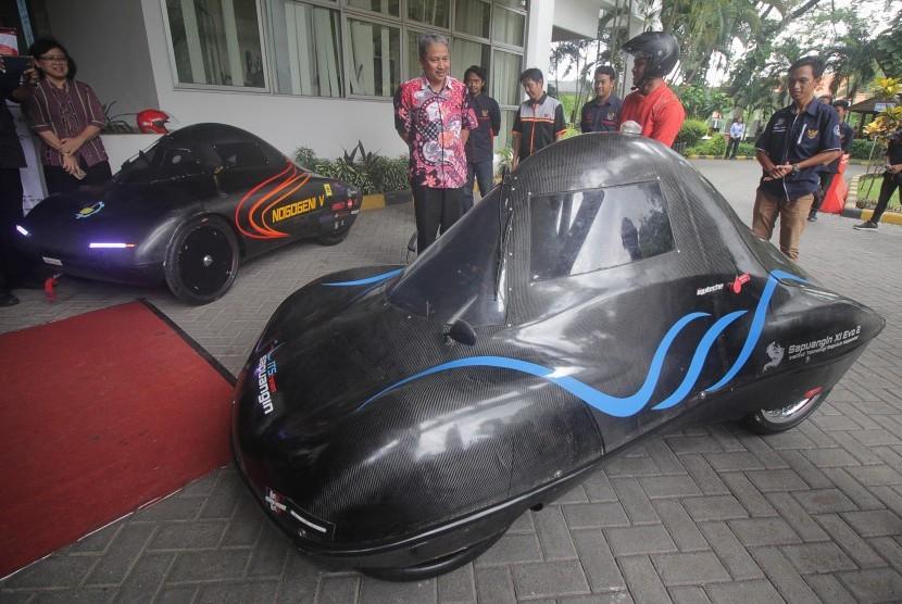 Peluncuran mobil hemat energi ITS.