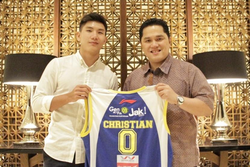 Pemain anyar Satria Muda Pertamina Christian Gunawan bersama Erick Thohir