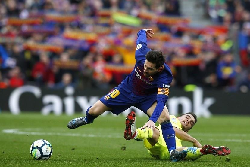 Pemain Barcelona Lionel Messi (kiri) saat berebut bola dengan pemain Getafe, Mauro Arambarri di Camp Nou, Ahad (11/2) waktu setempat