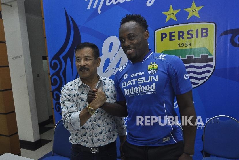 Pemain baru Persib Bandung Michael Essien berfoto bersama Manajer H. Umuh Muchtar seusai konferensi pers di Graha Persib, Jalan Sulanjana, Kota Bandung, Rabu (29/3).