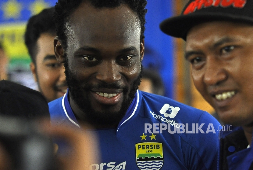 Pemain baru Persib Bandung Michael Essien 'diserbu' untuk berfoto Bobotoh di Bandung, Selasa (14/3). Mantan pemain Chelsea dan Real Madrid ini mengenakan nomor punggung 5.