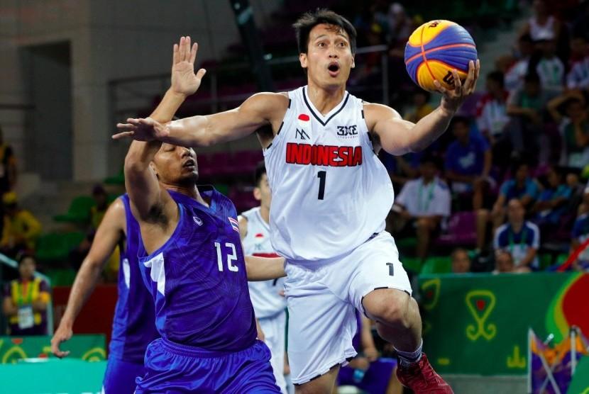 Pemain Basket 3x3 Indonesia Difta Pratama (kanan) hendak memasukkan bola dalam pertandingan Asian Indoor Martial Art Games (AIMAG) 2017 di Ashgabat, Turkmenistas.