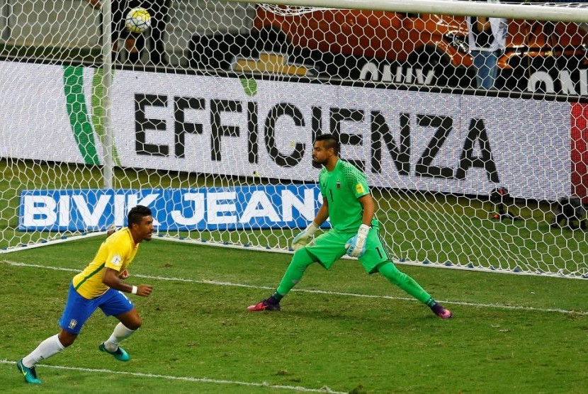 Pemain Brasil Paulinho mencetak gol ketiga timnya ke gawang Argentina yang dijaga Sergio Romero.