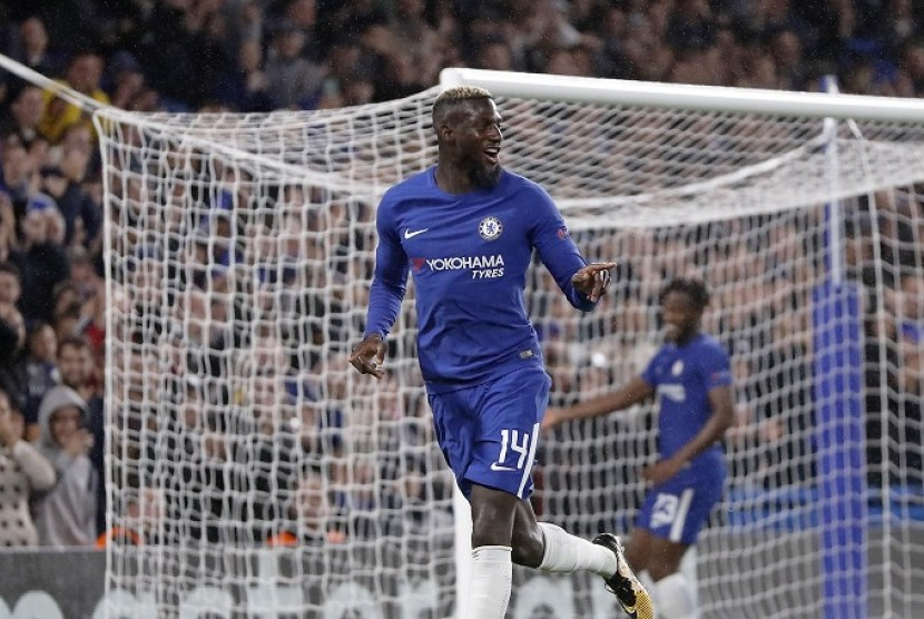 Pemain Chelsea Tiemoue Bakayoko merayakan golnya ke gawang Qarabag di Liga Champions.