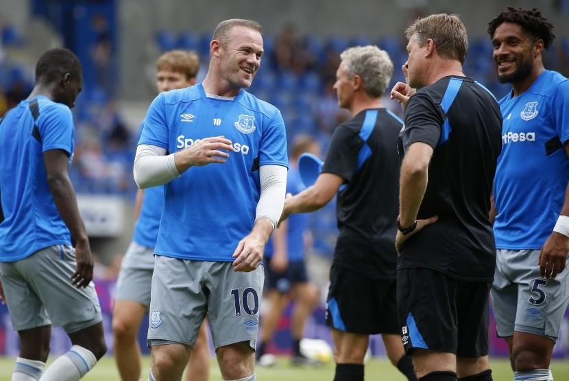 Pemain Everton Wayne Rooney (tengah) bersama pelatih Ronald Koeman dan  Ashley Williams (kanan).