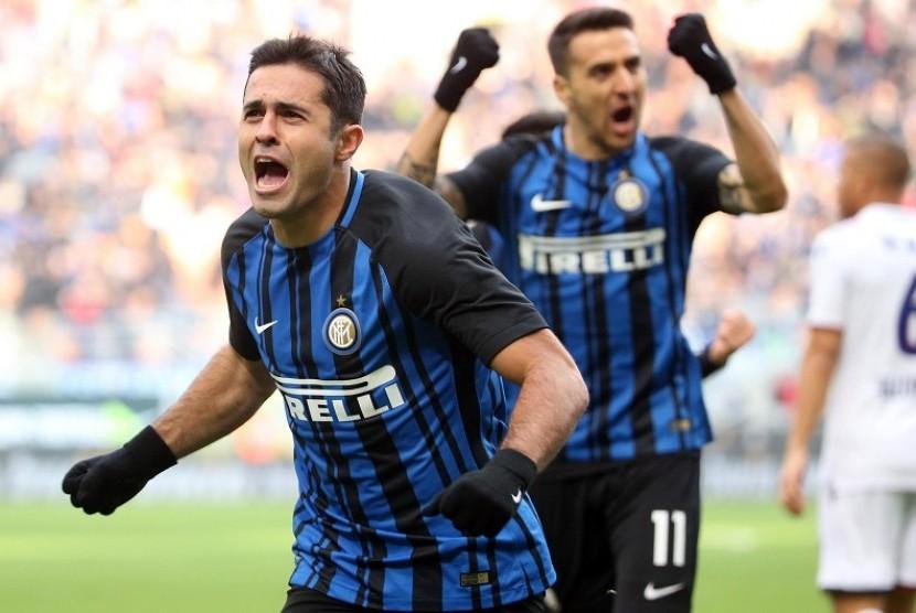 Pemain Inter Milan, Eder Citadin merayakan gol saat membukukan gol pembuka dalam lanjutan serie A Italia, dalam pertandingan menghadapi Bologna di San Siro, Ahad (11/2)