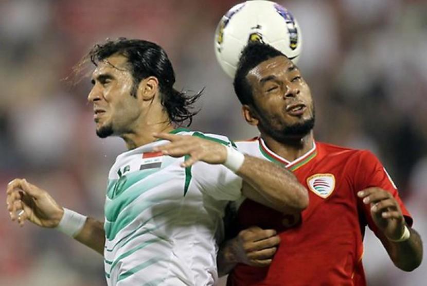 Pemain Irak, Samal Said (kiri) berebut bola di udara dengan Mohammed al-Bloshi dari timnas Oman dalam laga kualifikasi Piala Dunia 2014 zona Asia, Selasa (13/6) waktu setempat.