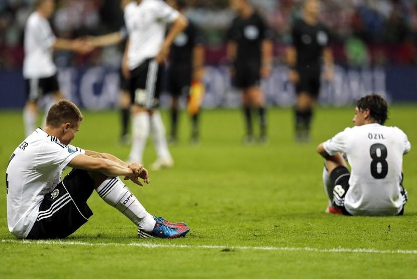 Gol pertama Mario Balotelli dalam laga semifinal Piala Eropa 2012 antara Italia melawan Jerman di Stadion Narodowny, Warsawa, Polandia, Jumat (29/6) dini hari WIB. (Frank Augstein/AP)