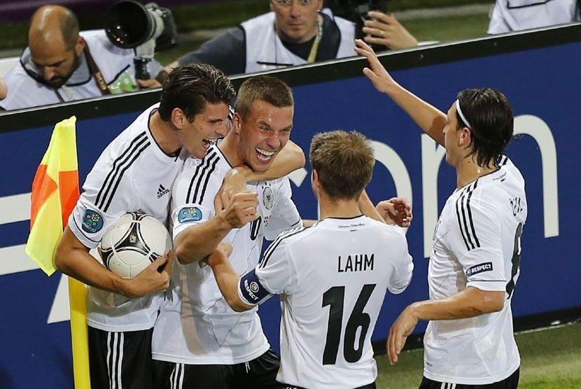 Pemain Jerman Lukas Podolski mencetaK gol pertama ke gawang Denmark dalam laga babak penyisihan Grup B Piala Eropa 2012 di Stadion Arena Lviv, Ukraina, Senin (18/6) dini hari WIB. (