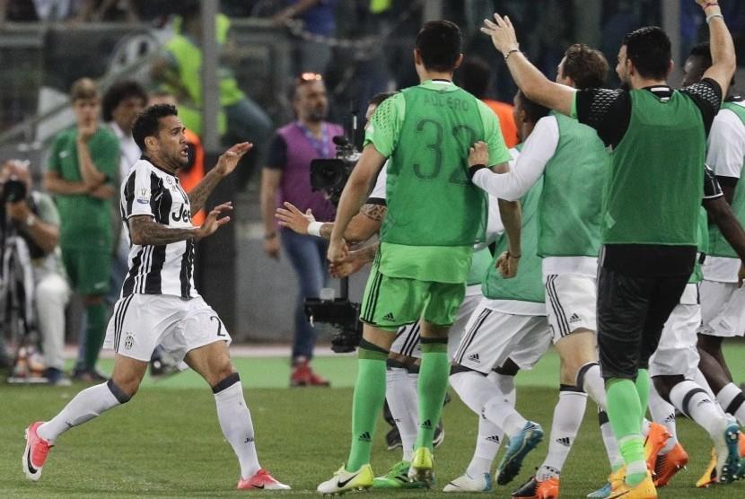 Pemain Juventus, Dani Alves (kiri), melakukan selebrasi usai menjebol gawang Lazio di final Coppa Italia di Stadion Olimpiade, Roma, Rabu (17/5).