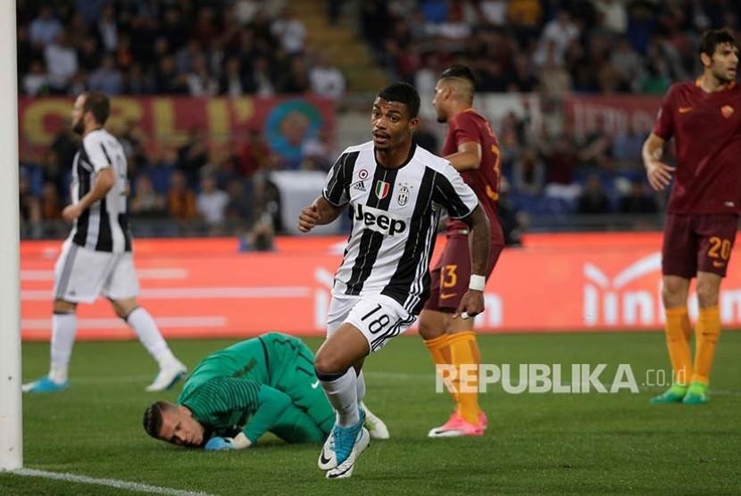 Pemain Juventus Mario Lemina merayakan golnya ke gawang AS Roma pada pertandingan  Serie A Itali  di Olympic Stadium