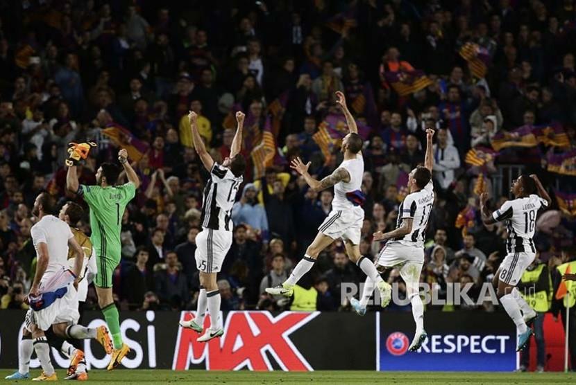 Pemain Juventus merayakan lolosnya mereka ke babak semifinal usai menahan imbang Barcelona dalam pertandingan perempat final Liga Champion Eropa di Stadion Camp Nou.