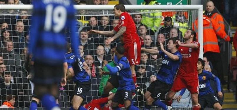 Pemain Liverpool, Daniel Agger (tengah), melepaskan gol sundulan saat menghadapi Manchester United di putaran keempat Piala FA di Stadion Anfield, Liverpool, Sabtu (28/1).