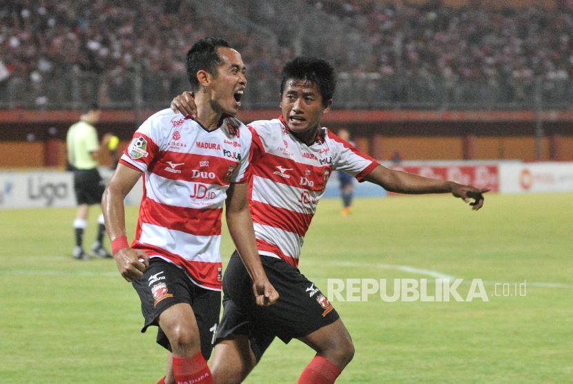 Pemain Madura United (MU) Slamet Nur Cahyo (kiri) bersama Bayu Gatra dalam pertandingan Liga 1 2017.
