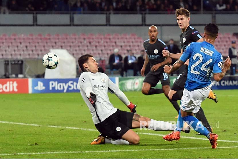 Pemain Napoli Lorenzo Insigne mencetak gol ke gawang Manchester City pada pertandingan Grup F Liga Champions Eropa di Stadion San Paolo, Naples, Itali, Kamis (2/11) dini hari.