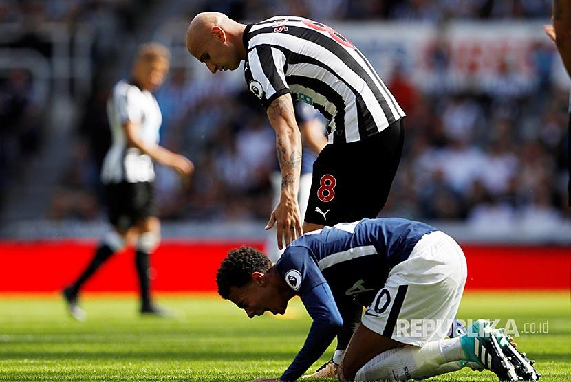 Pemain Newcastle United Jonjo Shelvey tertangkap kamera menginjak gelandang serang Tottenham Dele Alli pada pertandingan Liga Primer Inggris di St James Park, Ahad (13/8).