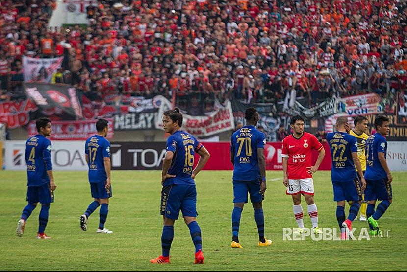 Pemain Persib Bandung berjalan keluar lapangan atau walkout pada pertandingan Liga I Gojek Traveloka melawan Persija Jakarta di Stadion Manahan, Solo, Jawa Tengah, Jumat (3/11). Pertandingan tersebut dihentikan pada menit 83 setelah Persib Bandung menolak untuk melanjutkan pertandingan, Persija Jakarta menang dengan skor 1-0.