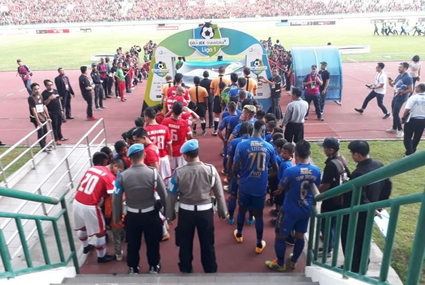 Kick Off Persija Vs Persib, Hujan Deras Guyur Stadion
