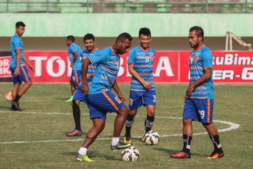 [ilustrasi] Pemain Pusamania Borneo FC menjalani sesi latihan.
