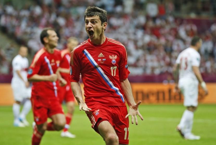 Pemain Rusia Alan Dzagoev melakukan selebrasi setelah merobek jala Polandia dalam lanjutan penyisihan Grup A.