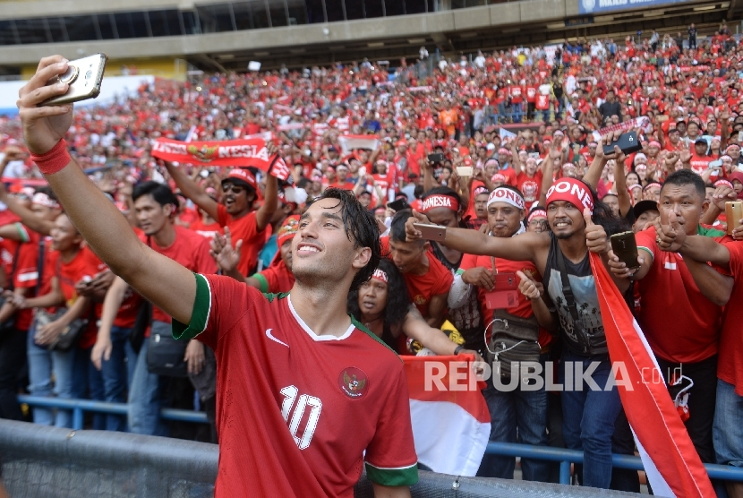 Pemain sepakbola Indonesia Ezra Walian melakukan swafoto bersama suporter usai melawan Kamboja pada kualifikasi Sepakbola SEA Games 2017 Kuala Lumpurdi Stadion Shah Alam, malaysia, Kamis (24/8).